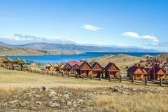 Mooie mening van de de toeristencentra en Kurkut-Baai van Meer Baikal in September stock afbeeldingen