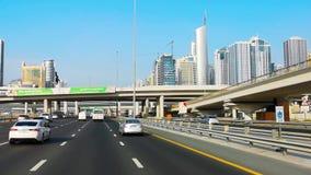 Mooie mening van de weg van sjeikzayed in de stad van Doubai - drijf door moderne wolkenkrabbers en torens stock footage