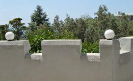 Mooie mening van de witte die terrassen van de steenomheining met lantaarns op een Zonnige de zomerdag worden verfraaid royalty-vrije stock foto's