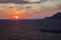 mooie mening van de zon die achter de overzeese oppervlakte in Dobra verbergen royalty-vrije stock afbeeldingen