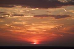 mooie mening van de zon die achter de overzeese oppervlakte verbergen su royalty-vrije stock foto's