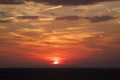 mooie mening van de zon die achter de overzeese oppervlakte verbergen su stock fotografie