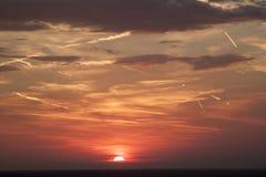 mooie mening van de zon die achter de overzeese oppervlakte verbergen su royalty-vrije stock afbeeldingen