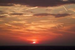mooie mening van de zon die achter de overzeese oppervlakte verbergen su stock foto