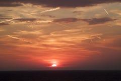 mooie mening van de zon die achter de overzeese oppervlakte verbergen su royalty-vrije stock afbeelding