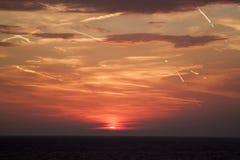 mooie mening van de zon die achter de overzeese oppervlakte verbergen su royalty-vrije stock foto