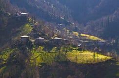 Mooie mening van dorp op bergen in Georgië stock afbeeldingen