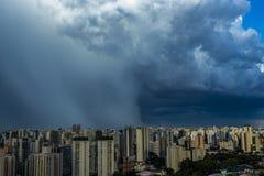 Mooie mening van dramatische donkere stormachtige hemel De regen komt spoedig Patroon van de wolken over stad stock foto