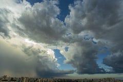 Mooie mening van dramatische donkere stormachtige hemel De regen komt spoedig Patroon van de wolken over stad royalty-vrije stock fotografie