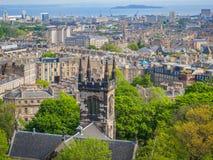 Mooie mening van Edinburgh, Schotland, het UK en Firth van vooruit van Calton-Heuvel op een zonnige dag royalty-vrije stock afbeeldingen