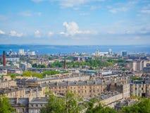 Mooie mening van Edinburgh, Schotland, het UK en Firth van vooruit van Calton-Heuvel op een zonnige dag stock foto's