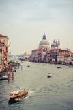 Mooie mening van Grand Canal en Basiliekdi Santa Mari stock foto's