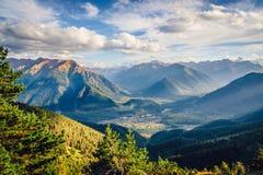 Mooie mening van het bergachtige gebied bij zonsondergang met wolken Klein dorp in een bergvallei Arkhyz, de Kaukasus royalty-vrije stock fotografie
