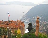 Mooie mening van het dorp van Eze, beeldhouwwerken, botanische tuin met cactussen, Mediterrane, Franse Riviera, azuurblauwe kust, Stock Foto's