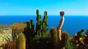 Mooie mening van het dorp van Eze, een botanische tuin met cactussen, Mediterrane, Franse Riviera Royalty-vrije Stock Fotografie