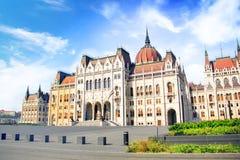 Mooie mening van het Hongaarse Parlement van het vierkant van Lajos Kosuta vooraan in Boedapest, Hongarije Royalty-vrije Stock Foto's