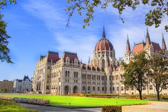 Mooie mening van het Hongaarse Parlement van het vierkant van Lajos Kosuta vooraan in Boedapest, Hongarije Royalty-vrije Stock Fotografie