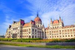 Mooie mening van het Hongaarse Parlement van het vierkant van Lajos Kosuta vooraan in Boedapest, Hongarije Royalty-vrije Stock Afbeeldingen