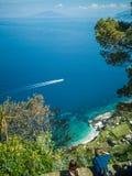 Mooie mening van het Middellandse-Zeegebied met het schip binnen van Capri stock afbeeldingen