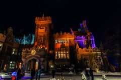mooie mening van het oude, uitstekende die kasteel van Casa loma bij het uitnodigen van nacht, met diverse lichten wordt aangesto Royalty-vrije Stock Foto