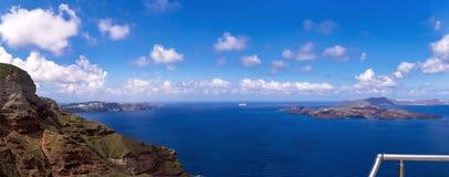 Mooie mening van het overzees, de caldera en het eiland Vroege ochtend op het Eiland Santorini, Griekenland Panorama royalty-vrije stock afbeelding