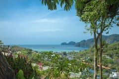 Mooie mening van het overzees, de tropische installaties en de rotsen en de bergen stock fotografie