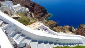 Mooie mening van het overzees en de huizen op Santorini-eiland Stock Afbeeldingen