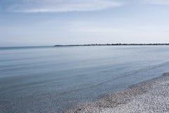 Mooie mening van het overzees met zand en duidelijk water royalty-vrije stock afbeeldingen