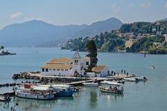 Mooie mening van het Vlacherna-Klooster in Korfu in zomer Stock Afbeeldingen