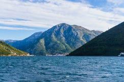 Mooie mening van het water, het landschap Van Montenegro De zomerpanorama van de Kotor-Baai September2018 royalty-vrije stock foto