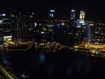 Mooie mening van hierboven van het stad moderne ontwerp van de de bouwlevensstijl bij nacht Singapore Royalty-vrije Stock Afbeeldingen