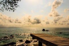 Mooie mening van houten pijler vóór zonsondergang Royalty-vrije Stock Foto's