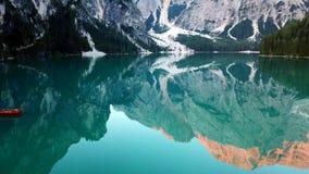Mooie mening van idyllisch alpien berglandschap met bloeiende weiden en snowcapped bergpieken stock fotografie