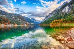 Mooie mening van idyllisch kleurrijk de herfstlandschap in Gosausee-La stock afbeelding