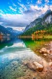 Mooie mening van idyllisch kleurrijk de herfstlandschap in Gosausee-La stock foto's