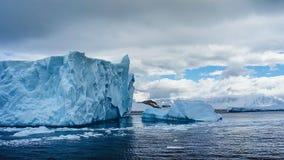 Mooie mening van ijsbergen in Antarctica stock foto's