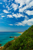 Mooie mening van Ionische overzees met rotsachtig strand in Albanië Royalty-vrije Stock Afbeeldingen