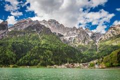 Mooie mening van kleine stad in Dolomiet in de lente royalty-vrije stock foto