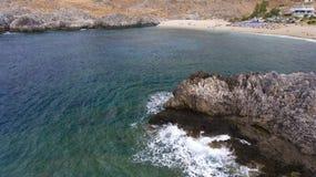 Mooie mening van klippen bij kust Stock Afbeeldingen