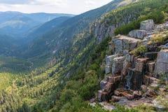 Mooie mening van Krkonose-Bergen, Elbe vallei en waterval stock fotografie