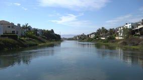 Mooie mening van Marina del Rey-lagune Kanaal met oceaanwater Privé huizen aan beide kanten van kust Warme zonnige dag stock videobeelden
