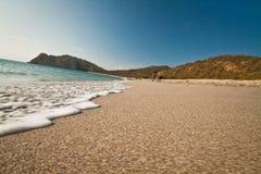 Mooie mening van schuimende golven tegen wit zand Royalty-vrije Stock Foto's