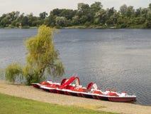 Mooie mening van Silver Lake in de ochtend met rode pedalos  Royalty-vrije Stock Afbeelding