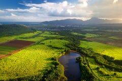 Mooie mening van spectaculaire wildernissen, gebied en weiden van het eiland van Kauai dichtbij Lihue-stad stock foto