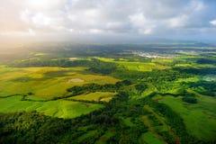 Mooie mening van spectaculaire wildernissen, gebied en weiden van het eiland van Kauai dichtbij Lihue-stad royalty-vrije stock foto