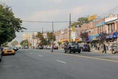 Mooie mening van straat in Brighton Beach-buurt Autoverkeer en mensenconcept New York De V.S. stock afbeeldingen