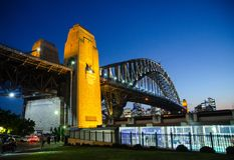 Mooie mening van Sydney Harbour-brug bij nacht van Milsons-Punt, het Noorden van Sydney stock foto