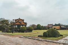 Mooie mening van traditionele Vietnamese paviljoenen op blauwe hemelachtergrond bij tuin van de Keizerstad op de zomer zonnige da stock fotografie
