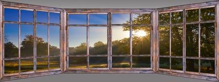 Mooie mening van venster aan aard picturesquely royalty-vrije stock fotografie
