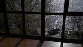 Mooie mening van venster bij het bespatten van overzees op zonnige dag stock videobeelden